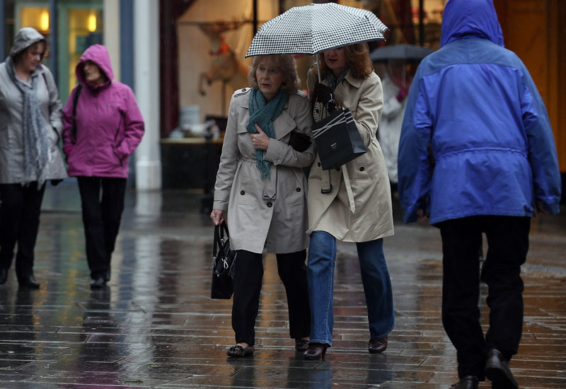 Shoppers Brave Wind And Rain To Do Last Minute Christmas Shopping